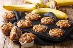 Ellenállhatatlan banános muffin roppanós diódarabokkal: süss belőle dupla adagot - Recept | Femina Granola, Banana Madura, Low Carb, Sweets, Baking, Breakfast, Recipes, Healthy Muffins, Design Ideas