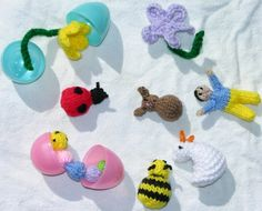 Free knitting pattern for mini Easter egg toys perfect for plastic eggs Animal Knitting Patterns, Christmas Knitting Patterns, Crochet Flower Patterns, Knitted Flowers, Knitted Bunnies, Knitted Dolls, Easter Crafts, Holiday Crafts, Easter Ideas