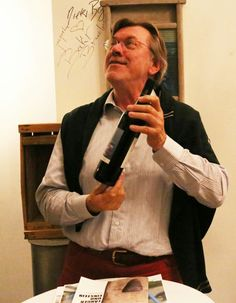 Gerd Warda brachte einen Schleswig-Holstein Wein zur Versteigerung in Nissis Kunstkantine mit. Die Flasche wechselte für 60 Euro den Besitzer.