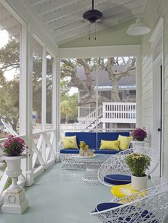 Screened In Porch - Design photos, ideas and inspiration. Amazing gallery of interior design and decorating ideas of Screened In Porch in home exteriors, decks/patios, porches by elite interior designers - Page 1 Screened Porch Designs, Screened In Porch, Front Porches, Porch Trim, House Of Turquoise, Outdoor Rooms, Outdoor Living, Outdoor Sheds, Shabby Chic Veranda