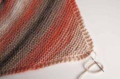 Chal tejido a punto bobo o punto santa clara Knitted Blankets, Knitted Hats, Baby Patterns, Knitting Patterns, Crochet Bikini, Crochet Top, Diy And Crafts, Arts And Crafts, Needlework
