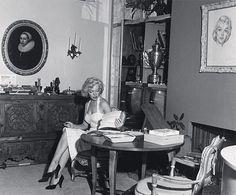 Marilyn Monroe in her home.