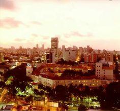 Atardecer en la ciudad de Barranquilla, en primer plano el legendario e histórica edificación del  Hotel el Prado antes Intercontinental al fondo la ciudad de Barranquilla Colombia