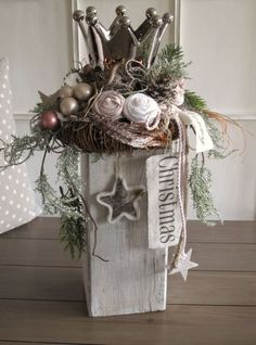 Noble Christmas decoration On the rustic whitewashed wooden beam was a br … - Christmas Crafts Diy Christmas Candle, Outdoor Christmas, Rustic Christmas, Christmas Home, Vintage Christmas, Christmas Wreaths, Christmas Ornaments, Christmas Party Themes, Holiday Fun