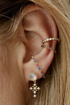 Trending Ear Piercing ideas for women. Ear Piercing Ideas and Piercing Unique Ear. Ear piercings can make you look totally different from the rest. Ear Jewelry, Cute Jewelry, Jewelry Accessories, Gold Jewelry, Jewelry Ideas, Jewellery Earrings, Jewelry Model, Jewelry Sketch, Jewelry Websites