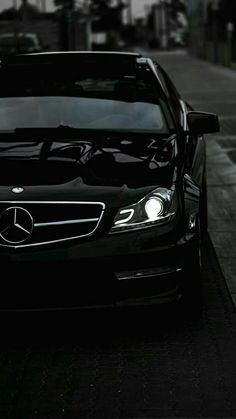 No listing of finest luxury cars is complete without the Mercedes-Benz S Class. The German automaker's range-topping lineup of sedans, sports cars, as well as convertibles is simply the epitome of luxury. Mercedes Auto, Carros Mercedes Benz, Black Mercedes Benz, Mercedes Benz Autos, Mercedes 2018, Wallpaper Carros, Mercedes Benz Wallpaper, Bmw Girl, Top Luxury Cars