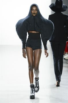 Christian Cowan Spring 2019 Ready-to-Wear Fashion Show Collection: See the complete Christian Cowan Spring 2019 Ready-to-Wear collection. Look 9 Weird Fashion, High Fashion, Seoul Fashion, Crazy Outfits, Textiles, 2020 Fashion Trends, Fashion Ideas, Fashion Gallery, Black Models