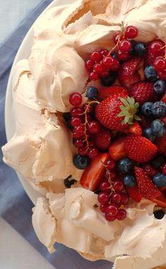 Pavlova, named for the Russian ballet dancer Anna Pavlova, is a meringue based dessert with a cream and fresh fruit filling popular in Australia and New Zealand. Anna Pavlova, Pavlova Cake, Just Desserts, Delicious Desserts, Dessert Recipes, Yummy Food, Strawberry Cakes, Strawberry Meringue, Breakfast Dessert