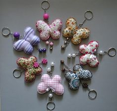 Fábrica de Ternuras: Novas ternurinhas Hobbies And Crafts, Crafts To Make, Diy Crafts, Crochet Projects, Sewing Projects, Craft Projects, Keychain Diy, Felt Decorations, Fabric Scraps
