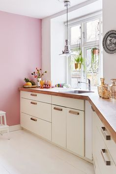 // Kitchen with pink walls - the colour gives the room character - and the simple but beautiful kitchen is from Ikea. Ikea Kitchen, Kitchen Decor, Kitchen Design, Pink Kitchen Walls, Pink Walls, Grey Kitchens, Cool Kitchens, Style At Home, Murs Roses