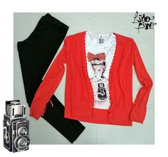 calza negra + remera con fotógrafa + saquito coral