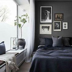 Licht & donker! Het contrast kan niet groter, maar door de vensterbank van donker gekleurde deco te voorzien en andersom lichte accenten aan te brengen op de muur, komt de black & white look hier helemaal tot uiting #WestwingNL #InspirationEveryDay Lowe Home