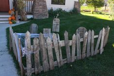 halloween decorations outdoor Come see how I created a rustic and spooky pallet graveyard. Everyone needs a graveyard in their from yard, right? Halloween Prop, Halloween Palette, Casa Halloween, Halloween Outside, Spooky Halloween Decorations, Halloween Projects, Holidays Halloween, Diy Halloween Fence, Halloween Witches