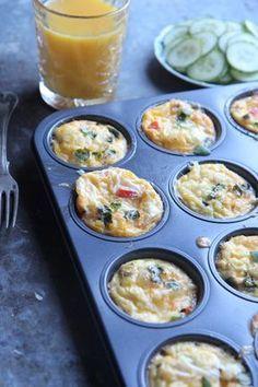 Terveelliset kananmunamuffinit sopivat mainiosti aamupalaksi, nämä säilyvät useamman päivän jääkaapissa, joten kannattaa tehdä isompi erä kerralla. Täytteitä voi vaihdella sen mukaan mitä kaapista löytyy ja meillä nämä toimivatkin sellaisina hävikistä herkuksi -tuotteina. Eikä haitaa vaikka... Veggie Recipes, Low Carb Recipes, Healthy Recipes, I Love Food, Good Food, Yummy Food, Low Carb Keto, Food Inspiration, Breakfast Recipes