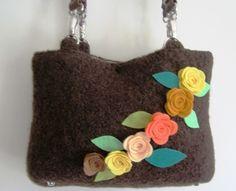 Filz-Henkeltasche in Braun, Innenfutter, Taschengriff aus Kunstleder, Rosenblüten mit Blätter aus Designfilz,