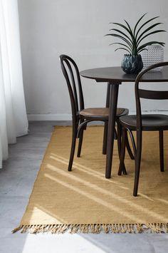 Vævet ensfarvet uldtæppe med frynser i matchende farve. Str. 140x200 cm. For øget sikkerhed og komfort bruges skridsikkert tæppeunderlag, som holder tæppet på plads. Skridsikkert tæppeunderlag findes i flere forskellige størrelser.