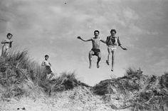 La VOZ' Galerie de Boulogne-Billancourt rend hommage au photographe Marc Held. Jusqu'au 30 mars, nous pourrons (re)découvrir le travail de l'artiste qui dès ses 18 ans, immortalise son époque grâce à un Leica. Il nous entraine ainsi dans un voyage au coeur des années 50 et 60. Paris, la plage, la fête foraine.