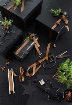 CHRISTMAS WRAPPING IDEAS Wrapping Ideas, Wrapping Gift, Elegant Gift Wrapping, Creative Gift Wrapping, Christmas Gift Wrapping, Minimalist Christmas, Black Christmas, Christmas Mood, Modern Christmas
