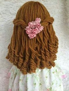 How to give a rag doll hair text is in russian but the pictures are pretty good i can figure this out – Artofit Doll Wigs, Doll Hair, Doll Crafts, Diy Doll, Knitted Dolls, Crochet Dolls, Doll Patterns, Crochet Patterns, Doll Tutorial