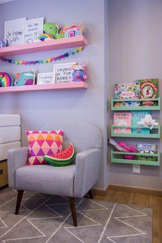 Projeto especial da arquiteta @thaisabohrer para o quarto da filhota Maria Laura. Paredes cinza onde o colorido da decoração fez a diferença. Roupa de cama e acessórios em tons da MOOUI. #decoration #girlsroom #quartodemenina #home #quartodebebe #nursery #modern #beautiful