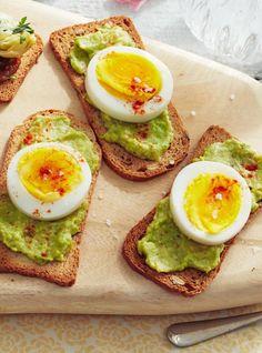 Craquelins aux avocats et aux œufs   Ricardo Cheddar, Nutrition, Avocado Toast, Breakfast, Food, Healthy Choices, Ricardo Recipe, Quick Recipes, Lawyers
