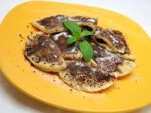 Jemné, tradičné pirohy zo zemiakového cesta, naplnené slivkovým džemom, zjemnené roztopeným maslom, ktoré si môžete ochutiť podľa vlastnej fantázie.