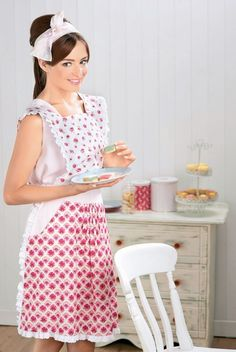 Have your own Great British Bake Off with Sew magazine's FREE retro pinny project. Retro Apron Patterns, Free Sewing, Vintage Sewing Patterns, Dress Patterns, Fun Patterns, Vintage Embroidery, Embroidery Patterns, Apron Designs, Liberty Fabric