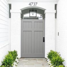 Happy Saturday! This beautiful entry by Kelly Nutt Design @kellynuttdesign features a gray shiplap door under an arched doorway • • • #exterior #exteriors #shiplap #door #style #interiordesigner #homedesign #kellynuttdesign #gray #design #instadecor #decor #designinspiration