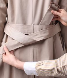 How to make a good looking knot Trench coat Office Fashion, Look Fashion, Spring Fashion, Autumn Fashion, Fashion Outfits, Womens Fashion, Fashion Tips, Fashion Design, Trench Coat Outfit