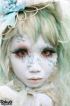 Shironuri Artist Minori in Harajuku w/ Antique Dress & Flower Petals Geisha, Make Up Art, How To Make, Kei Visual, Flower Makeup, Tokyo Street Style, Tokyo Style, Gothic, White Makeup