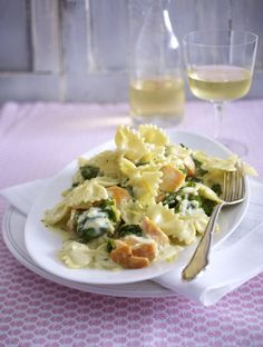 Unser beliebtes Rezept für Farfalle mit gebratenem Lachs und Zitronen-Rahmspinat…