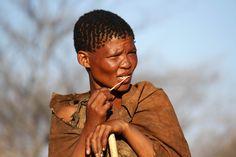 """Os bosquímanos são os habitantes indígenas do deserto do Kalahari, área que ocupa grande parte do norte da África do Sul, Namíbia e Botswana. Também conhecidos por San, foram eternizados no filme """"Os deuses devem estar loucos"""" e desde essa altura a sua cultura foi dada a conhecer ao mundo. Durante a nossa viagem pelo …"""