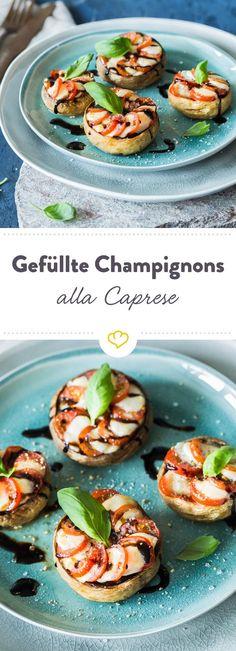Aus den gefüllten Champignons alla Caprese lacht dir die Flagge Italiens entgegen: grüner Basilikum, rote Kirschtomaten und weißer Mozzarella. Delizioso!