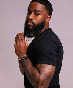 Beard oil vs coconut oil: Which is better for treating dry skin and dry beards? Learn which oil is better for eliminating beard dandruff and beard itch. Fine Black Men, Gorgeous Black Men, Handsome Black Men, Fine Men, Beautiful Men, Black Man, Sexy Bart, Black Men Beards, Beard Game