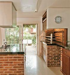 Para garantir o prato típico gaúcho em qualquer estação, a churrasqueira fica na cozinha.