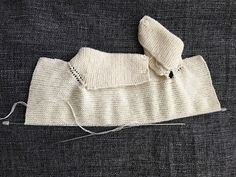CHAQUETA BEBÉ, tejido dos agujas. ( Baby jacket, knitted ) TUTORIAL Baby Vest, Baby Cardigan, Poncho With Sleeves, T Bar Shoes, Plus And Minus, Knitted Baby Clothes, Spring Jackets, Easy Knitting, Knitting Ideas