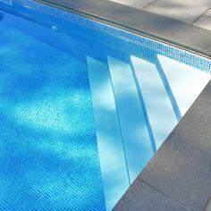 vinyl over steel pool steps corner Pool Steps Inground, Swimming Pool Steps, Small Inground Pool, Swimming Pool Designs, Piscina Rectangular, Rectangular Pool, Piscina Interior, Above Ground Pool Landscaping, Small Pool Design
