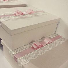 Caixas nude com renda e laço rosê. #casamento #caixa #caixaemtecido #caixapersonalizada #caixacasamento #weddingbox #weddinggift #box #caixa #caixacasamento #caixapadrinhos #caixamadrinhas #ateliecrisetiago #inspiration #weddingideas #nude #caixa #caixanude #madrinha #caixaparavinho #caixaemtecido #bouquet #caixacomrenda #caixadeluxo #vestidodenoiva #caixadecasamento