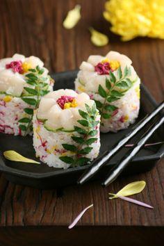 tre-tre-tre:   Flower Sushi da Miki Nagata (bananagranola)    Tramite Flickr: rice, sushi vinegar, pickled chrysanthemum petals, scallop sashimi, cucumber,  sesame seeds, kinome leaves