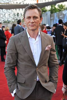 Actor Daniel Craig attends the 'Cowboys & Aliens' UK premiere at Cineworld 02 Arena on August 2011 in London, England. Cowboys & Aliens, Daniel Graig, Daniel Craig James Bond, Classic Style, Classic Fashion, Handsome, Mens Fashion, Actors, London England