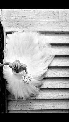 Espectacular imagen de una novia bajando la escaleras de la iglesia. #Blog #Innovias