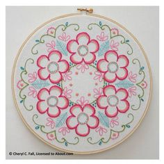 Daisy Wreath in Hand Embroidery - Free Embroidery Pattern for Daisy Wreath Embroidery Designs, Embroidery Patterns Free, Crewel Embroidery, Embroidery Hoop Art, Embroidery For Beginners, Embroidery Applique, Cross Stitch Embroidery, Machine Embroidery, Flower Embroidery