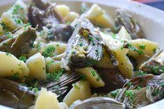 I carciofi e patate al forno è un contorno gustoso per il pranzo dell\'Epifania, da preparare in modo facile e anche alquanto veloce. Sia le patate che i carciofi vengono tagliati a spicchi, poi cotti al forno dopo un condimento leggero.