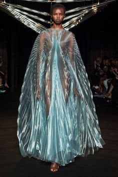 Iris van Herpen Fall 2018 Couture Fashion Show Collection: See the complete Iris van Herpen Fall 2018 Couture collection. Look 5 Fashion Week, Fashion Art, Runway Fashion, Trendy Fashion, Fashion Models, High Fashion, Fashion Show, Fashion Design, Emo Fashion