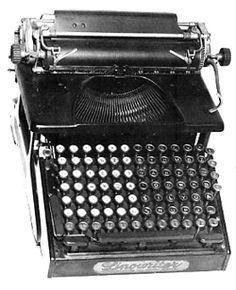 Máquina de escribir de la Fundición tipográfica Imperial con teclado copiando el de una Linotipia. Una auténtica rareza.