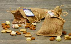 Jute zak met allerlei Sinterklaas lekkernijen. Leuk sinterklaasgeschenk voor personeel en collega's. | Strooigoed | kruidnoten | pepernoten | jute zak