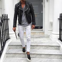 ホワイトジーンズ,ブラックレザーライダースジャケット,グレーTシャツ