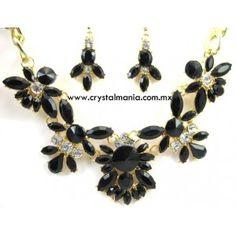 Set de collar y aretes en tono dorado con cristales y detalles en tono negro estilo 30504