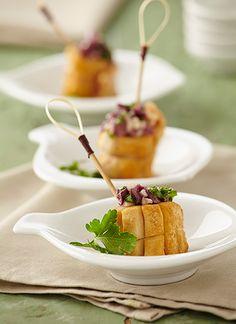 Pulpo crujiente con aceitunas Chef: Natalia Vila Este plato tiene como núcleo de la preparación al pulpo, que es típico de la cocina gallega y que marida a la perfección con vinos que nacen de la cepa Albariño.
