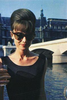 Audrey con gafas de sol vestida de negro